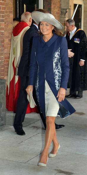 Carole Middleton in soprabito blu e gonna e cappello a tesa larga grigio.