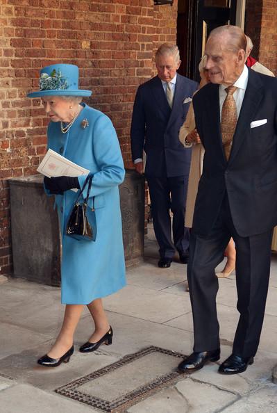 La Regina Elisabetta in completo celeste.