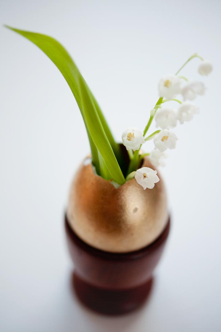 79ideas-golden-egg-as-a-vase