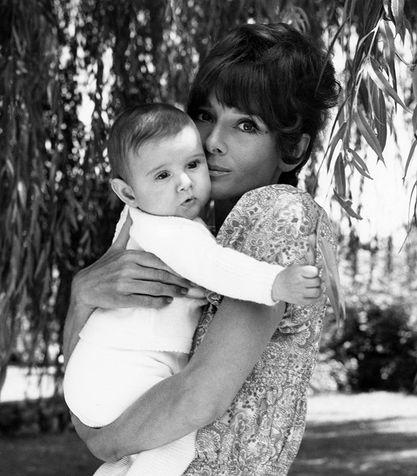 Audrey-Hepburn-mamma_su_vertical_dyn