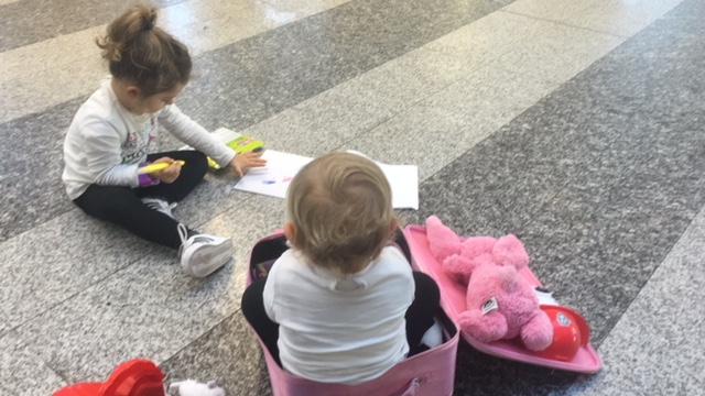 Viaggiare in aereo con i bambini cosa portare in stiva - Cosa posso portare in aereo con bagaglio a mano ...